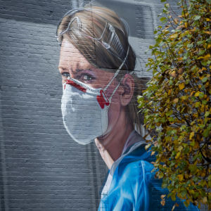 En väggmålning i Manchester som föreställer sjukskötare Melanie Senior.
