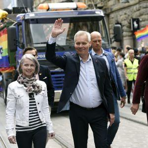 Antti Rinne på prideparaden.