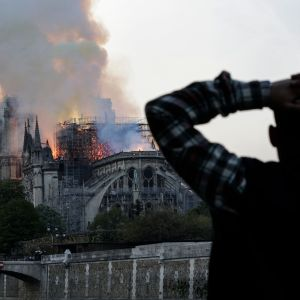 Notre-Dame i lågor.