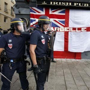 Kravallpoliser utanför irländsk pub i marseilles i Frankrike 2016 förbereder sig för slagsmål mellan engelska och ryska fotbollsfans.