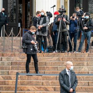 Toimittajia ja kuvaajia Säätytalon portailla.
