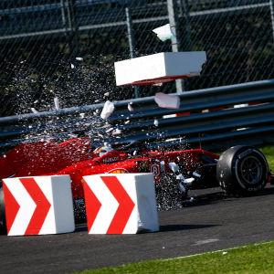 Sebastian Vettel kör sönder banmarkeringen.