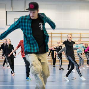 """Breakdance tanssikurssi yläasteelle, ohjaajana Harri """"Renny"""" Mäkinen (KKC-tanssiryhmä), Break the Fight! -kiertue, Urheilupuiston koulu, Kouvola, 30.10.2017."""