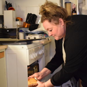 Susan holmberg tar ut en paj ur ugnen.