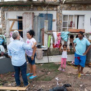 Colombias president Ivan Duque tröstar invånare i Providencia som drabbats av orkanen Iota.