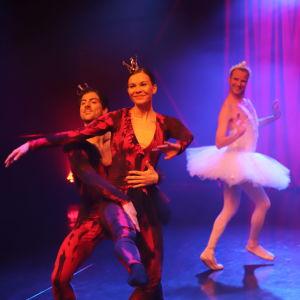 Tanssitaitelijoita esiintyt estradilla.