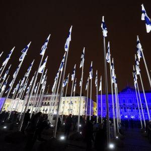 Hundra Finlands flaggor vid Salutorget i Helsingfors.