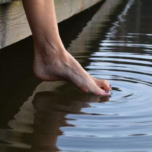 En tå i kallt vatten.