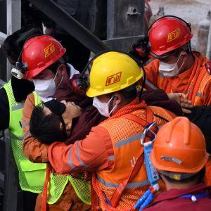 Räddningsarbetare lyfte ut en man som har en ögonbindel för att inte få en ljusshock.