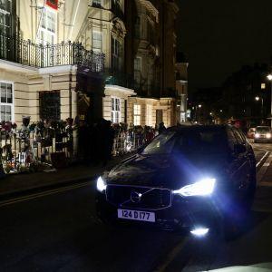 Bilen tillhörande Myanmars ambassadör i London, Kyaw Zwar Minn, står med lyktorna påslagna utanför Myanmars ambassad i London som tagits över av vice ambassadören och militärjuntan.