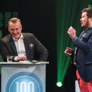 Arto nauraa Jannen vitsille