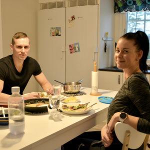 Familjen Karvonen sitter vid matbordet.