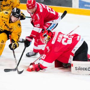 Rasmus Reijola lägger plockhandsken på pucken.