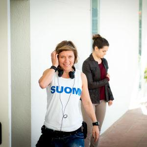 Ohjaaja Marja Pyykkö, päällä SUOMI-paita.