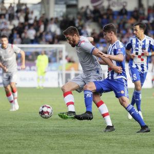 Milan Pavkov har bollen och Kaan Kairinen försöker ta den.