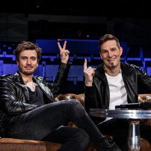 Darude ja Sebastian Rejman istuu sohvalla.