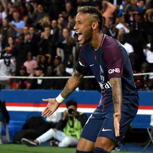 Neymar jublar i sin första hemmamatch för PSG.