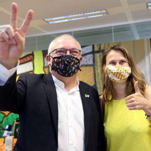Katalonska separatisledaren och tidigare kulturminister Lluis Puig visar segertecken efter att en belgisk domstol slagit fast att han inte utlämnas till Spanien 7..8.2020.