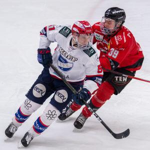 Juha Jääskä svänger framför motståndare.