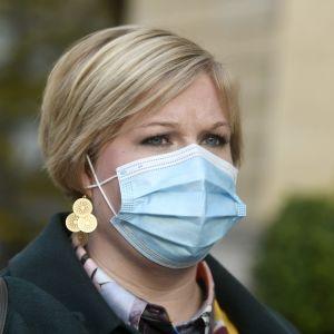 Forsknings- och kulturminister Annika Saarikko använder munskydd då hon anländer till regeringens möte i Helsingfors den 28 oktober 2020.