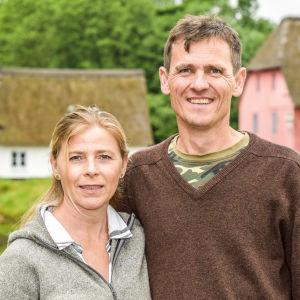 Julie Rubow och Bjørn Jacobsen ute på sin gård.