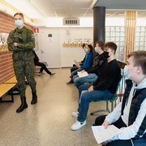 Kaartinjääkäri Okko Ailio ohjeisti kusuntoihin osallistuvia, etualalla Saku Sormunen.