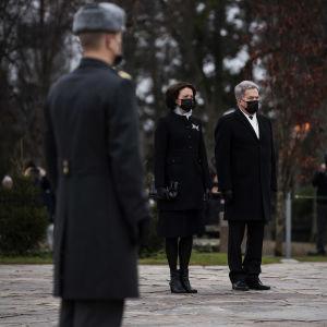 Jenni Haukio och Sauli Niinistö på Sandudds begravningsplats den 6 december 2020.