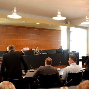 Första dagen av muthärvan i Österbottens tingsrätt. Fyra tjänstemän åtalas för tagande av muta och lika många personer inom två företag för givande av muta.
