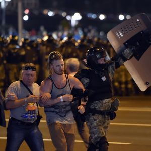 Mellakkapoliisi ottaa mielenosoittajia kiinni Valko-Venäjän Minskissä sunnuntaina 9. elokuuta.