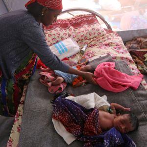 Etiopier som flytt till Sudan med sina barn