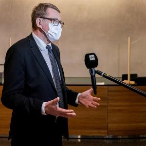 Valtiovarainministeri Matti Vanhanen haastateltavana.