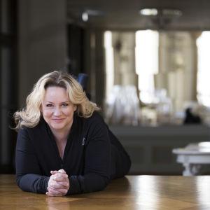 Maria Sid makoilee lattialla Svenska Teaternissa.