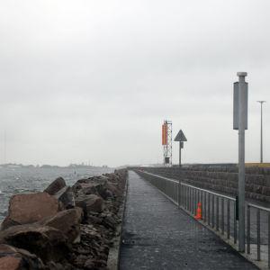 Hamnområde i novemberregn.