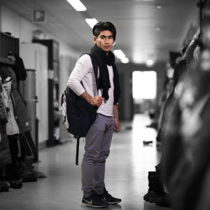 Jawid Danish reppu selässä koulun käytävällä.