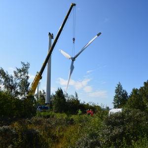 Den försat av fyra möllor plockas ner i Finlands äldsta vindkraftspark i Korsnäs.