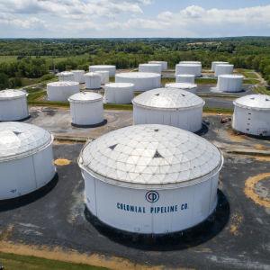 Yhdysvaltalaisen Colonial Pipelinen polttoainesäiliöitä. Polttoainetta siirtävää yhtiötä vastaan kohdistettiin kyberhyökkäys.