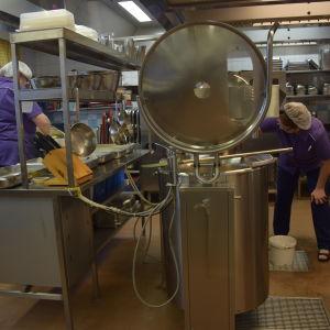 Mariahemmets kök i Pojo med en massa köksmaskiner.