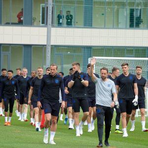 Englands landslag tränar på träningsanläggningen.