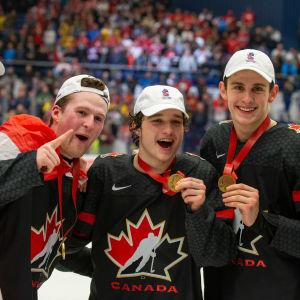 Kanadensiska spelare poserar med JVM-guldmedaljer.