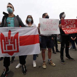 Belarusier i Kiev protesterar mot Aleksandr Lukasjenko och gripandet av Roman Protasevich.