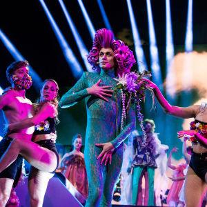 Christoffer Strandberg Logomon lavalla esittämässä Love Paradise -kappaletta UMK19 Darude -showssa 2.3.2019
