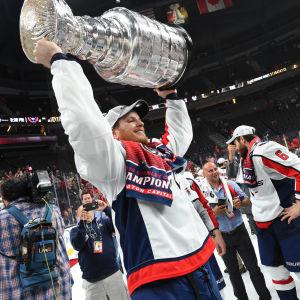 NHL-backen John Carlson höjer Stanley Cup-pokalen.