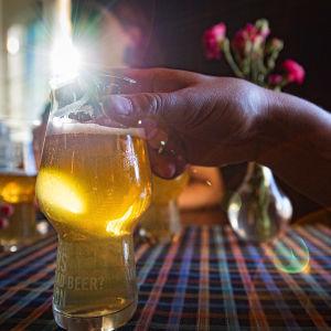 Ravintolassa ihmisiä juo olutta.