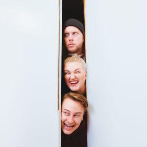 Poikelus, Pehkonen ja Parikka kurkistavat valkoisesta ovenraosta.