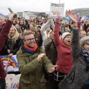 Demonstranterna jublar då riksdagen röstade för jämlik äktenskapslag.