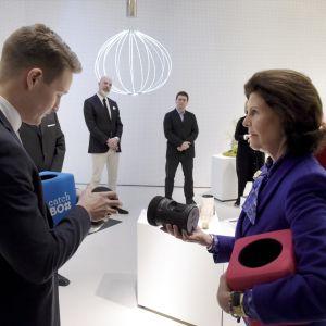 Drottning Silvia träffar Pyry Taanila, som designat den så kallade Catch Box-mikrofonen.