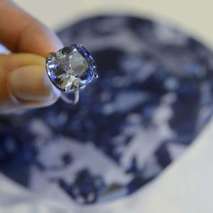 Världens dyraste diamant Blue Moon.