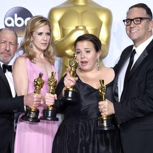 Steve Golin, Blye Pagon Faust, Nicole Rocklin och Michael Sugar med oscarsstatyetterna for bästa filmen Spotlight