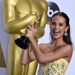Svenskan Alicia Vikander fick Oscarstatyett för bästa kvinnliga biroll i filmen The Danish Girl