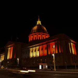 Stadshuset i San Francisco i de belgiska färgerna 22.3.2016.